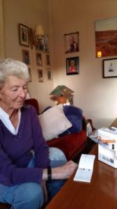Eldre kvinne med aktivitetsmåler