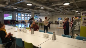 Medarbeidere ser på utstilling av velferdsteknologi i Innovatoriet.
