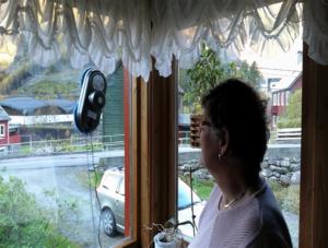 Kvinne ser på vindusvaskerobot