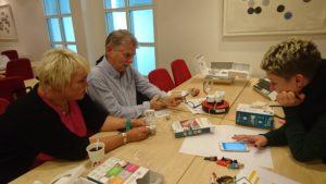 Medarbeidere fra Risør og Vaksdal konsentrerer seg om sensorer