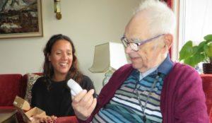 En yngre kvinne og en eldre mann studeres sammen på en sensor.